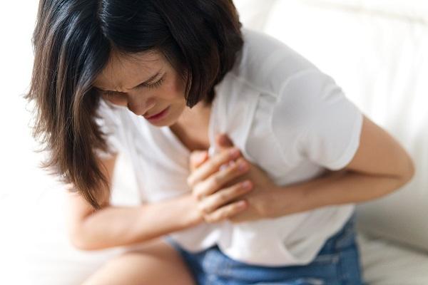 Fibrillation atriale : femme qui a mal au coeur
