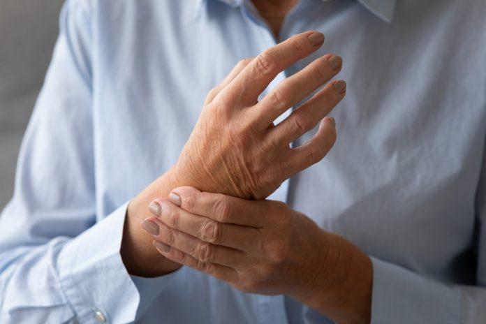 Arthrose à la main personne âgée