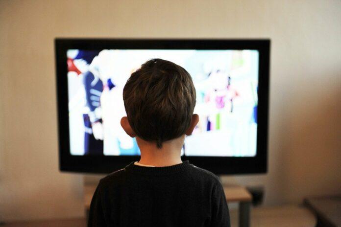 Enfant devant les écrans : baisse des résultats scolaires