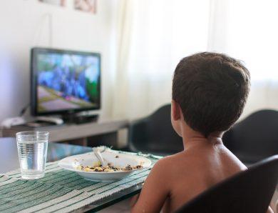Publicité pour la malbouffe à la tv : les enfants trop exposés