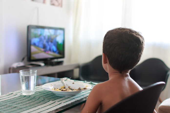 Enfants trop exposés aux publicités de malbouffe à la tv