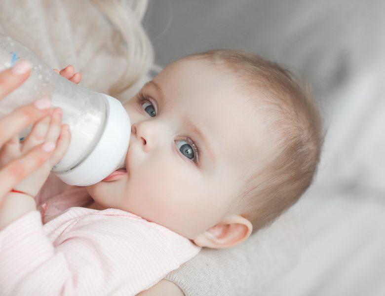 Biberon : un million de microplastiques est avalé par bébé chaque jour