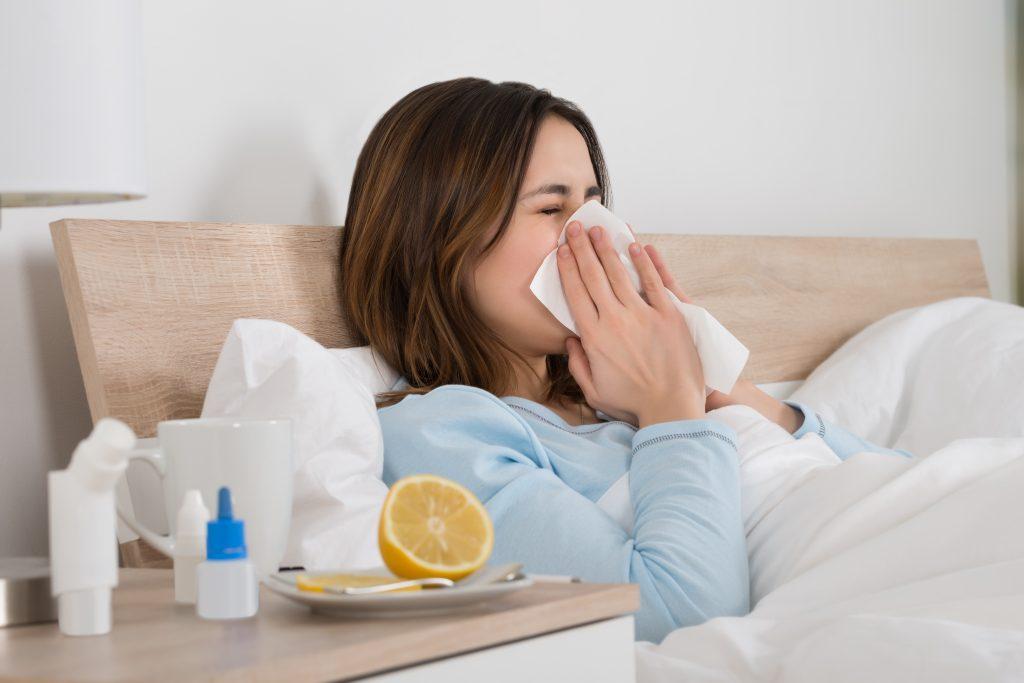rhinopharyngite : femme qui se mouche