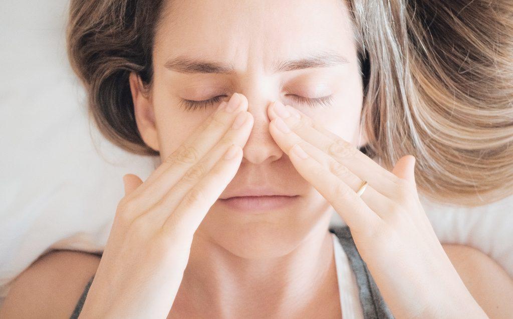 Sinusite : femme mal au nez