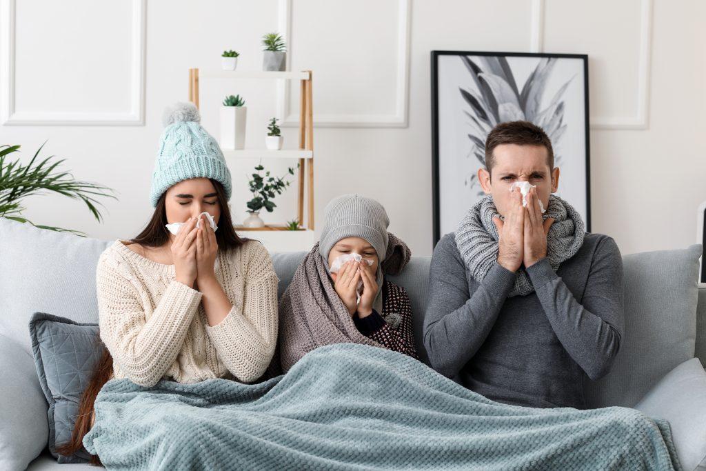 Grippe et rhume : famille qui se mouche