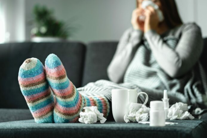 Symptomes grippe : Fille malade mouchoirs