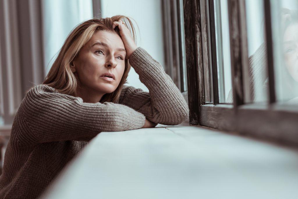 crise suicidaire : femme par la fenêtre