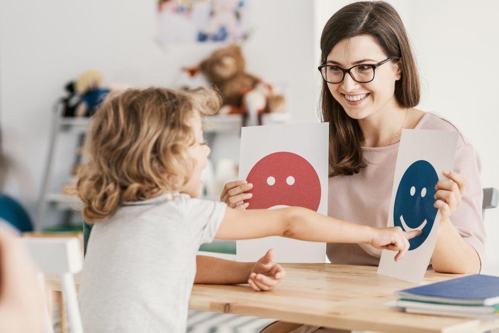 spectre autistique : petite fille avec orthophoniste