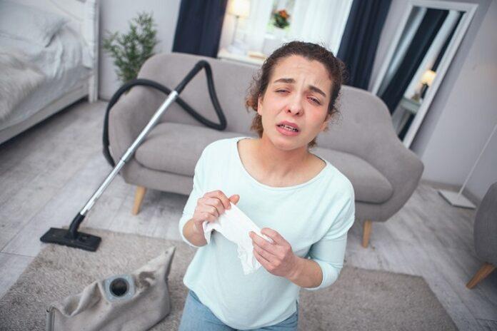 Quels sont les signes d'une allergie ? femme aux yeux rouges