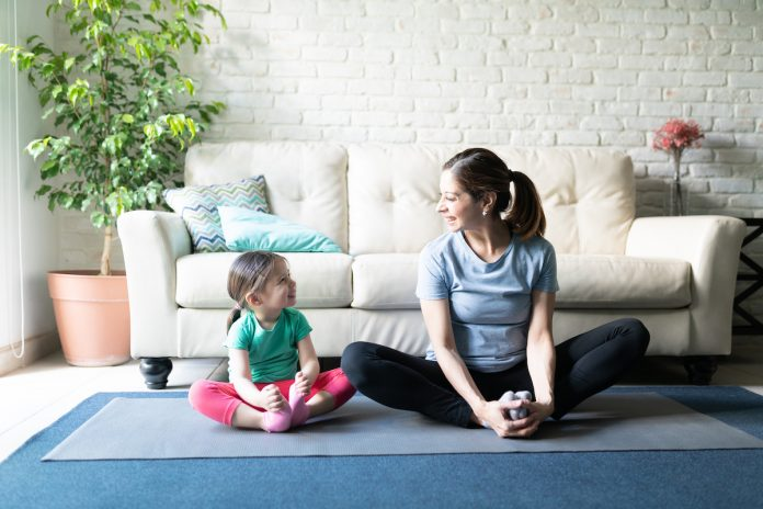 Yoga : une séance à la maison avec ses enfants pour déstresser