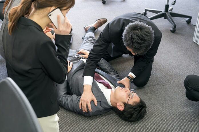 arrêt cardiaque : massage cardiaque au bureau