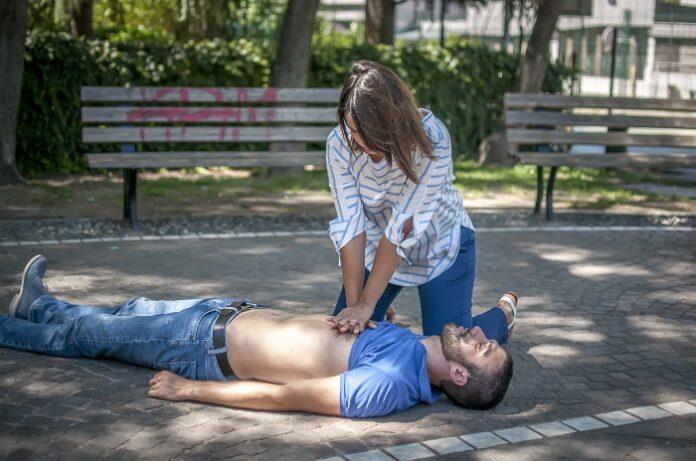 arrêt cardiaque : massage cardiaque dans la rue