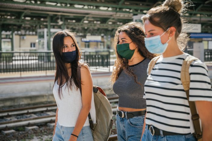 Covid-19 : « Il faut garder le masque » jusque fin juin pour Macron
