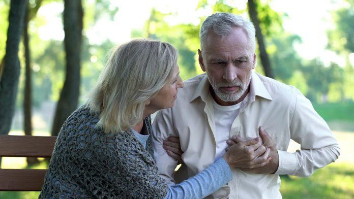 maladies cardio vasculaires couple de personnes âgées