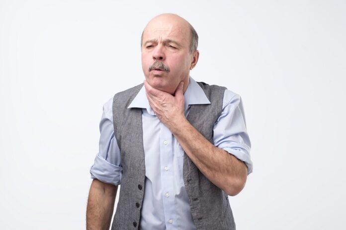 toux chronique : homme qui tousse