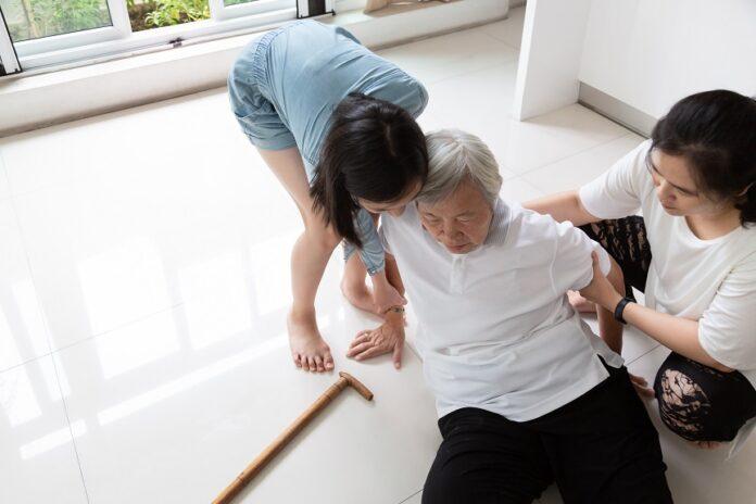 Accidents domestiques seniors femme asiatique
