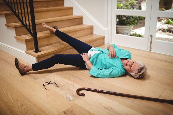 Comment éviter les chutes : femme tombée des escaliers