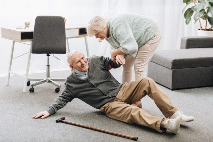 Trouble de la marche et de l'équilibre femme aide homme à se relever
