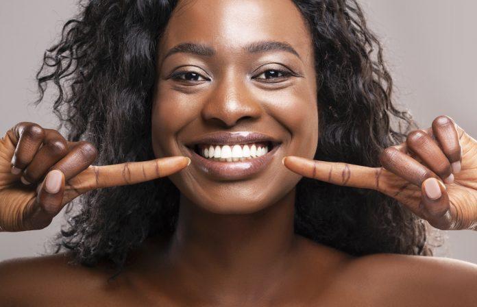 Cinq astuces pour garder les dents blanches naturellement