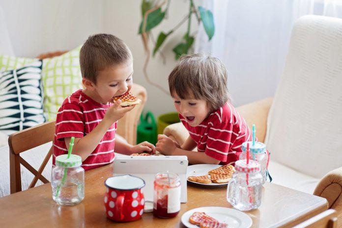 Les écrans à table diminuent le «quotient intellectuel verbal» des enfants
