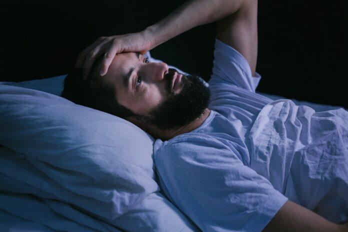 Trouble du sommeil : homme reveillé