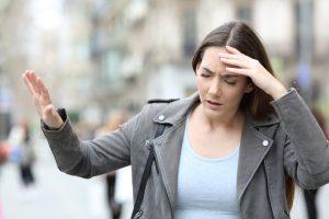 vertige : femme dans la rue